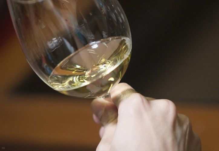 El psiquiatra ruso Zurab Kekelidze recomienda tomar hasta dos copas de vino blanco, pero con moderación. (dicyt.com)
