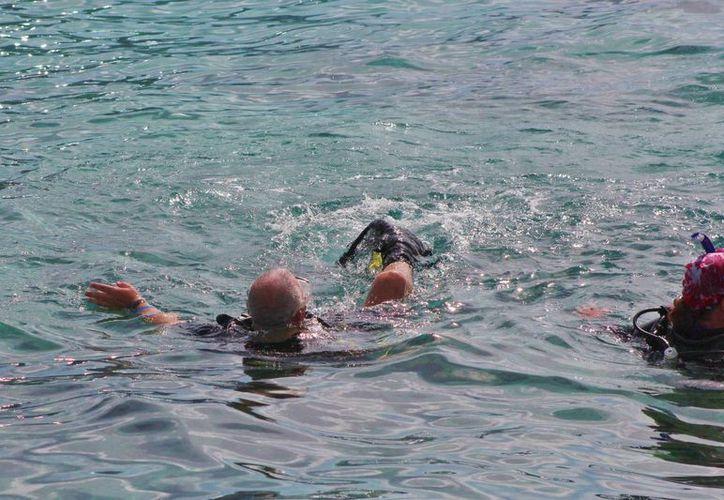 Cientos de turistas nacionales y extranjeros, practican el buceo en aguas de la ínsula. (Contexto)