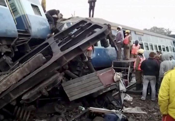 El número de víctimas podría incrementar ya que muchas personas permanecen atrapadas entre los vagones del tren.(Archivo/AP)
