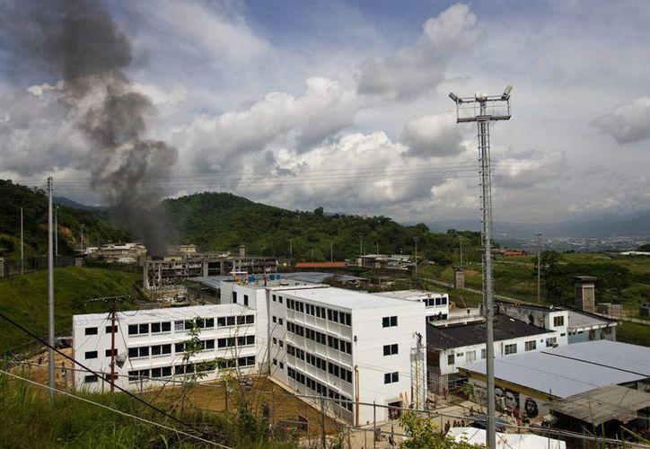Vista general de la cárcel El Rodeo II en Guatire, donde este miércoles se registró un motín que dejó al menos dos muertos. (EFE)