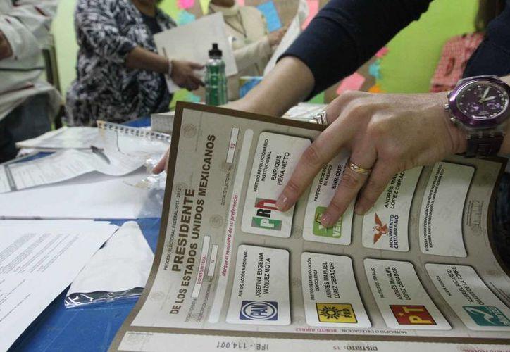 Según el estudio, un 3% dijo no confiar en el IFE. En la imagen, una de las boletas de la pasada elección. (Archivo/Notimex)