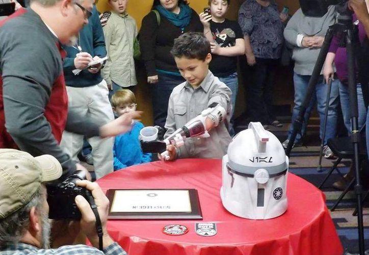 Niño recibe prótesis inspirada en 'Star Wars' y creada en impresora 3D (video)