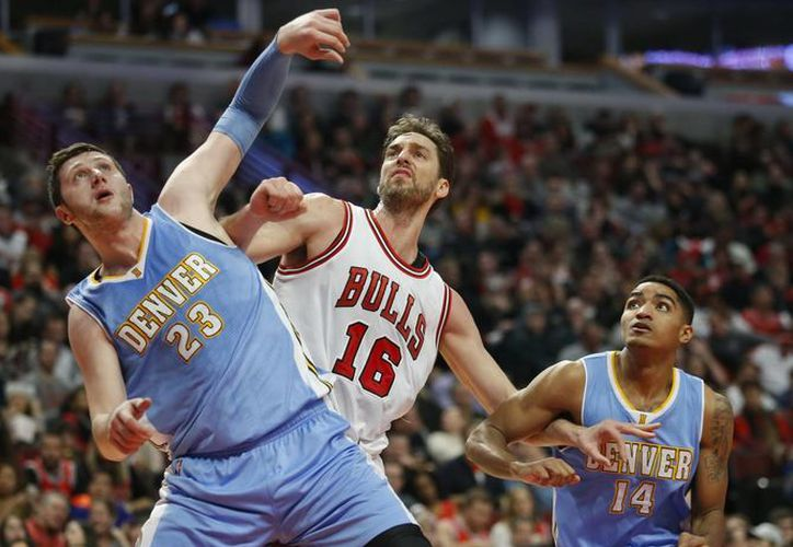 El ala-pívot de Bulls de Chicago, Pau Gasol (c), defendido por el pívot Jusuf Nurkic (23) y Gary Harris, ambos de Denver Nuggets, durante el partido de la temporada regular de NBA. (EFE)