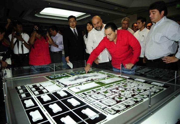 El gobernador Roberto Borge revisando la maqueta del proyecto. (Agencias)