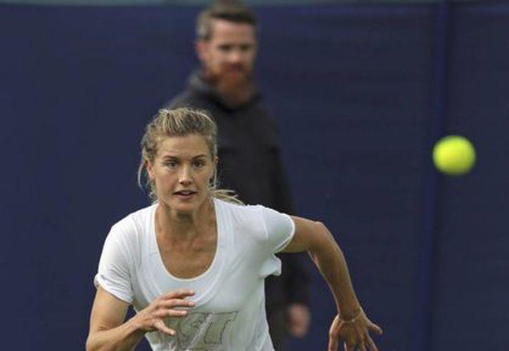 La tenista francesa Eugenie Bouchard entrena en Eastbourn, Inglaterra, previo al enfrentamiento que le ganó a la norteamericana Alison Riske. (Foto: AP)