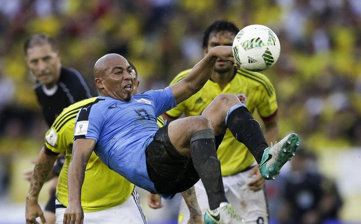 El uruguayo Egidio Arévalo se avienta en partido en el que su selección sacó un valiosísimo punto en casa de Colombia en la eliminatoria mundialista. (AP)
