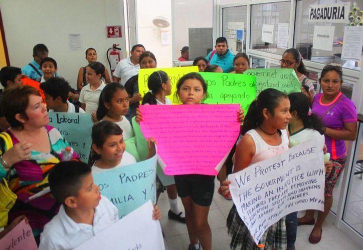 Un grupo de padres de familia y alumnos pidieron en las oficias de la SEyC la restitución de la maestra Elsy Chi Cauich. (Daniel Pacheco/SIPSE)