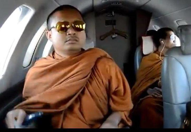 El monje atrajo la atención de Policía después de que se hiciera público un vídeo en el que aparecía en un 'jet' privado luciendo unas gafas de sol y un bolso Louis Vuitton. (YouTube)
