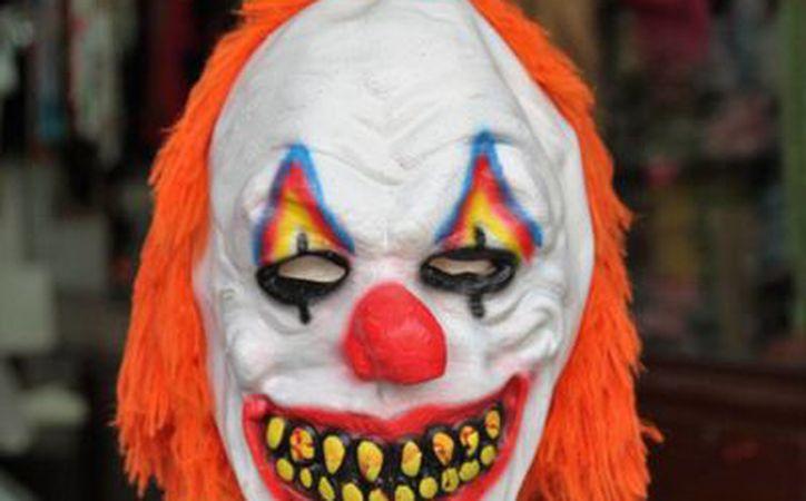 Máscaras de payasos diabólicos ya comenzaron a 'inundar' el comercio, en Mérida, por la moda de los payasos 'asustadores' que llegó de Estados Unidos. (Fotos: Uziel Góngora/SIPSE)