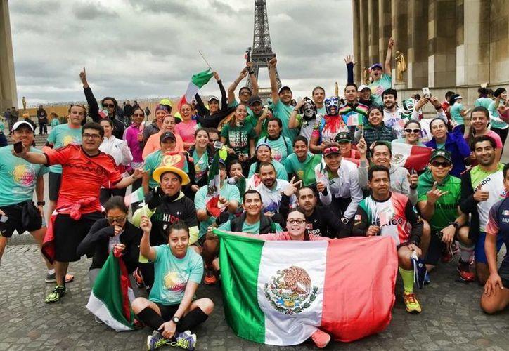 Los maratonistas mexicanos que competieron en París fueron tantos que fueron recibidos por el embajador de México en ese país. (Notimex)