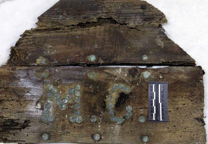 Claramente se pueden distinguir las iniciales de Miguel de Cervantes en el fragmento de ataúd hallado este fin de semana en Madrid por arqueólogos. Las investigaciones para determinar el sitio exacto de su sepultura continuarán. (Foto: AP)
