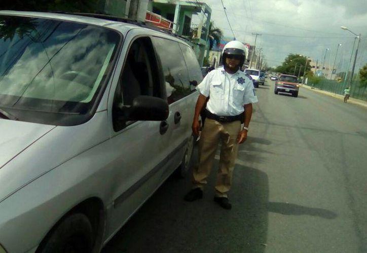 Las autoridades exhortarán a los conductores que tengan vehículos con polarizados de más de dos humos. (Eric Galindo/SIPSE)