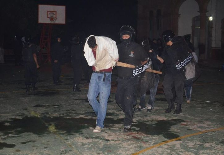 La riña entre seguidores azulcremas y cruzazulinos se produjo sobre la avenida López Mateos. (Notimex/Contexto)