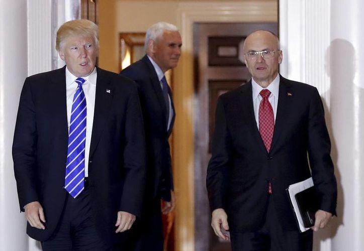 Andrew Puzder (der.) recibió duras críticas por sus negocios cuando se supo que era el nominado de Trump para el Departamento del Trabajo. (AP Photo/Carolyn Kaster)