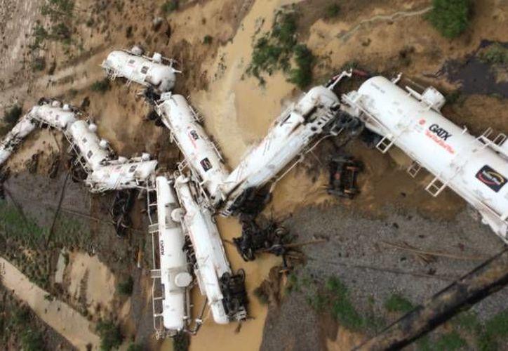 Una pequeña cantidad de ácido y combustible se derramó y los 26 vagones se salieron de las vías. (Queensland Police Service)