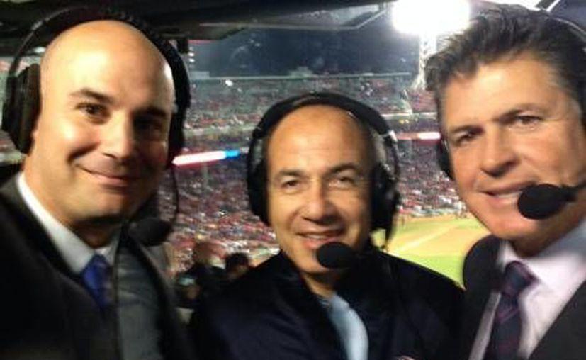 El expresidente Calderón, Pablo Alsina y otros comentaristas de Fox Sports en la transmisión del sexto juego de la serie. (Foto de Twitter/@PabloAlsina)