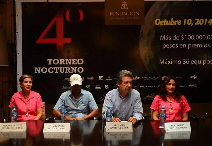 Mario Gamboa Patrón (segundo desde la derecha) durante la presentación del torneo de golf nocturno con fines altruistas. (Luis Pérez/Milenio Novedades)