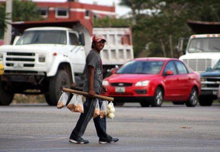 Se desconoce el número de los vendedores ambulantes en el Periférico de Mérida. (SIPSE/Archivo)