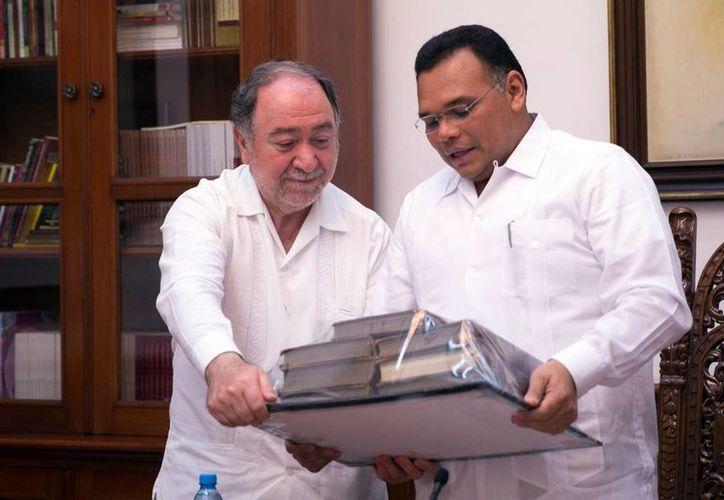 En total, el gobierno del Estado de Yucatán entregó seis mil volúmenes especializados en historia, antropología, arte, filosofía, etnología y humanidades, al embajador ruso en México, Eduard R. Malayán. (Milenio Novedades)
