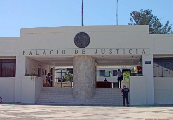 """Raúl Ojeda González, uno de los licenciados en Derecho que encabeza la petición, dijo """"que da pena que gente que ya tuvo mucho tiempo desempeñándose en esos puestos intente perpetuarse en los mismos"""". (Jorge Carrillo/SIPSE)"""