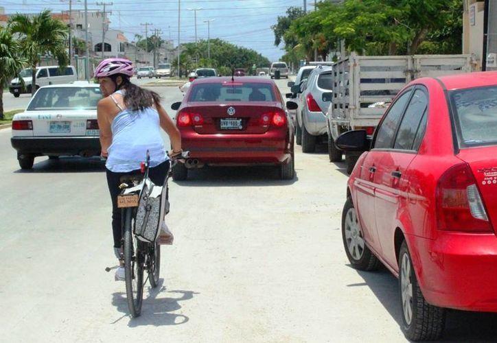 La EMBI y el Ayuntamiento realizarán pruebas piloto para crear una ciclovía en la avenida Constituyentes de Playa del Carmen. (Daniel Pacheco/SIPSE)