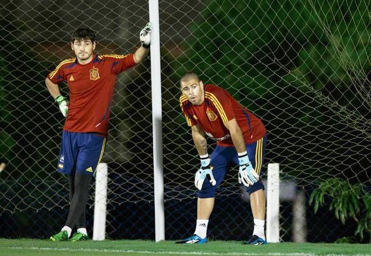 Iker Casillas (d), del Real Madrid, y Víctor Valdés, del Barcelona, son los dos españoles que forman parte de la terna de la FIFA para formar el once ideal de 2013. (foxsportsla.com)
