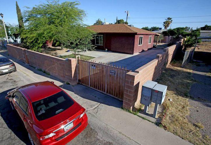 Imagen de la casa donde un hombre mató a disparos a cuatro miembros de su familia y luego se suicidó, en Tucson, Arizona, el miércoles 13 de mayo de 2015. (Foto de A.E. Araiza/Arizona Daily Star vía AP)