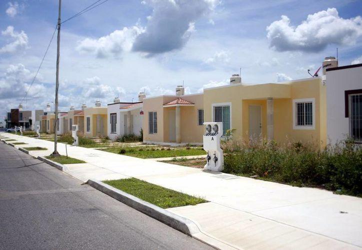 El director del Infonavit aseveró que en materia de construcción de vivienda social, las empresas mexicanas tienen la capacidad para producir todos los materiales, no es necesario importar nada. Imagen de contexto de un grupo de casas en un fraccionamiento de Yucatán. (Archivo/SIPSE)