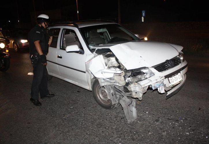 El conductor del Pointer dejó abandonado el vehículo para evadir su responsabilidad. (Milenio Novedades)