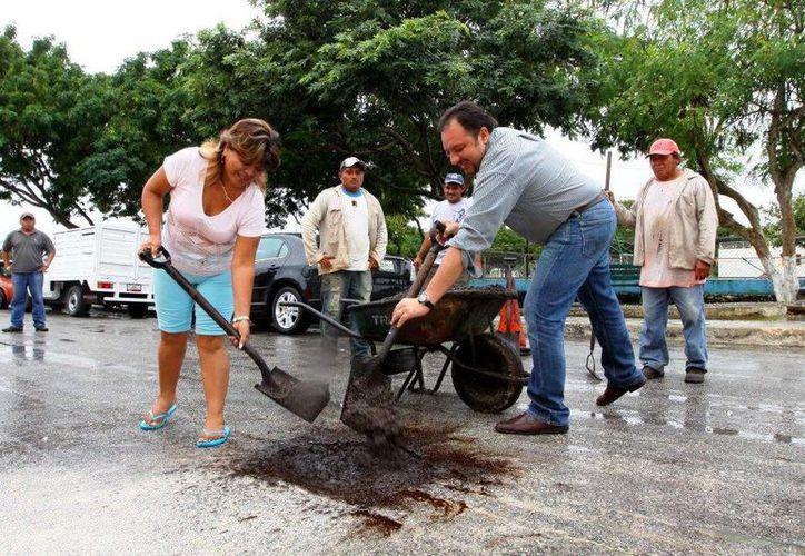El diputado Francisco Torres Rivas bachea calles en la colonia Fidel Velázquez, con ayuda de los vecinos. (SIPSE)