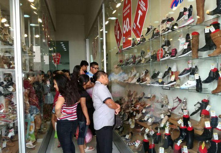 Meridanos observan todo tipo de productos para adquirir en este Buen Fin. (José Salazar/SIPSE)