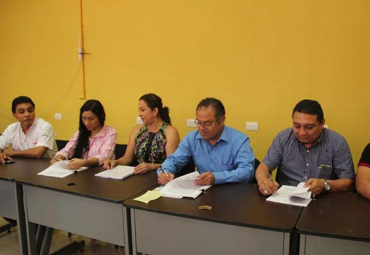 La firma del convenio, que se realizó en el edificio de la Casa de la Salud. (Tony Blanco/ SIPSE)