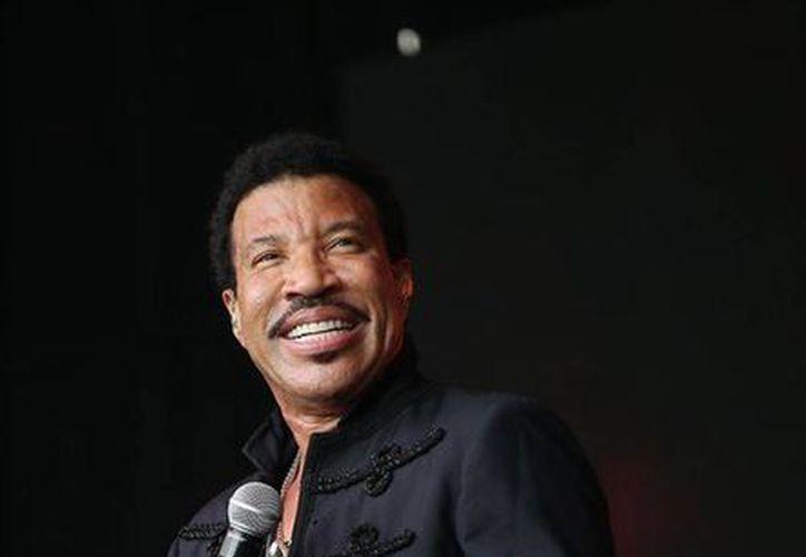 Foto del pasado mes de junio, donde Lionel Richie canta en el Festival de Música de Glastonbury, Inglaterra. Richie fue nombrado Persona del Año 2016 de MusiCares. (Foto por Joel Ryan/Invision/AP)