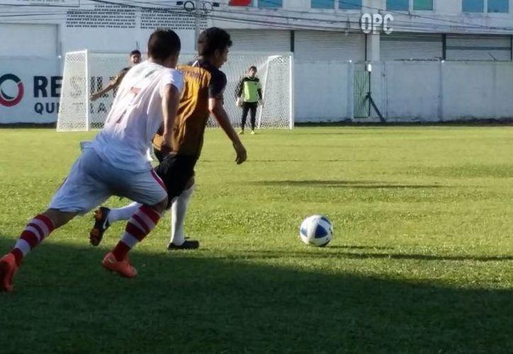 Los equipos Pioneros y Yalmakán, se enfrentaron en un  juego amistoso en el estadio Cancún 86, con miras al torneo de Apertura 2014. (Redacción/SIPSE)