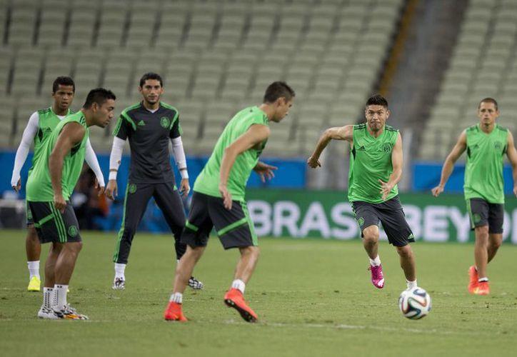 En la gráfica, un entrenamiento de la Selección Mexicana en Fortaleza, previo al partido de esta tarde frente a Brasil. (Foto: AP)