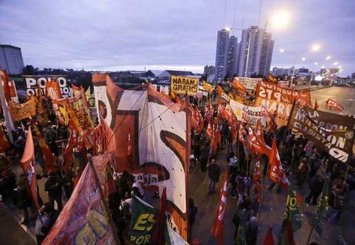 Manifestantes bloquean una carretera durante la huelga nacional del transporte en Buenos Aires, Argentina. (AP Photo/Victor R. Caivano)