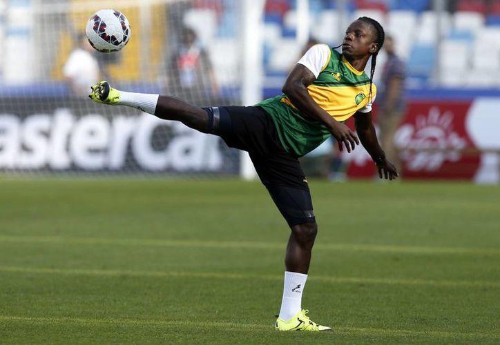 Jamaica estuvo cerca de dar la sorpresa en Copa América pero Uuruguay se impuso en el segundo tiempo. En la foto, el caribeño Darren Mattocks durante un entrenamiento previo al duelo. (Foto: AP)