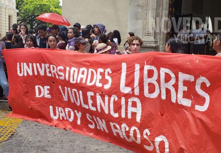 Ayer se realizó una marcha como muestra de apoyo a la alumna afectada por esta situación. (Novedades Yucatán)