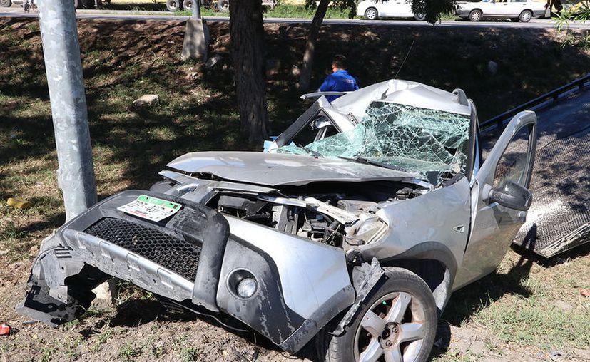 Así terminó un Renault Sandero cuya guiadora dormitó al volante y colisionó contra un poste en el Anillo Periférico