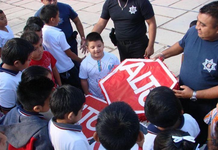 Los estudiantes de primaria aprendieron con los señalamientos, realizados con material reciclable, sobre educación vial. (Manuel Salazar/SIPSE)