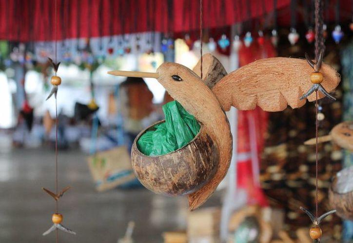 Aspecto de un colibrí realizado por artesanos de Progreso, en la Feria Yucatán Xmatkuil. (Foto: Cortesía)