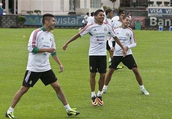 Los jugadores de la selección de México participan en un entrenamiento el pasado lunes. (Agencias)