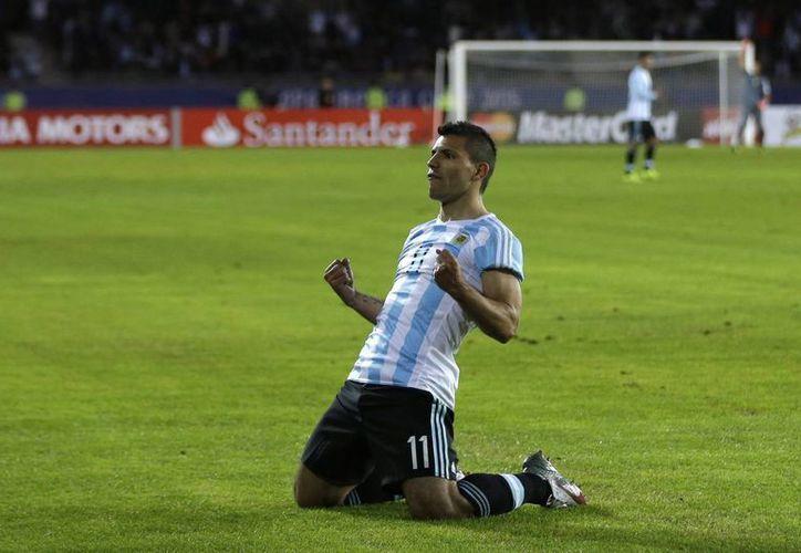 Sergio Agüero celebra el gol que permitió a Argentina vencer a Uruguay en Copa América y arribar a 4 puntos, de cara a su siguiente duelo ante Jamaica. (Foto: AP)