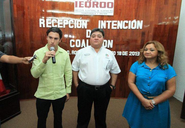 Remberto Estrada Barba, Pedro Flota Alcocer, y Martha Chan Ramírez en la sede del Ieqroo. (Jorge Carrillo/SIPSE)