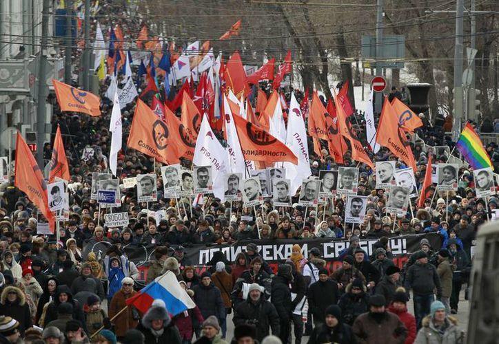 Algunos manifestantes enarbolaron banderas ucranianas en apoyo a los manifestantes de aquel país. (Agencias)