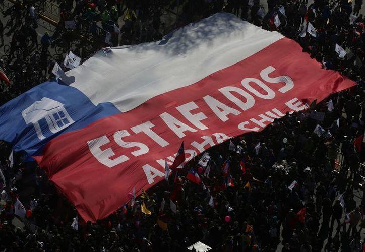 Se estima que unas 350 mil personas participaron en la movilización de este domingo en Santiago de Chile. (AP/Esteban Felix)