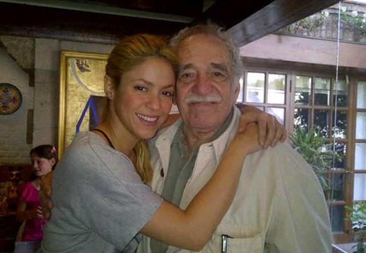 Shakira subió a Instagram una foto en la que aparece abrazando a Gabriel García Márquez, acompañado de un bella despedida. (Instagram/Shakira)