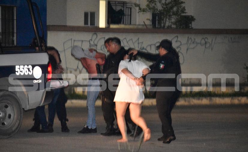 Los detenidos, entre ellos la menor de edad, tenían la droga, armas y municiones. (Redacción/SIPSE)
