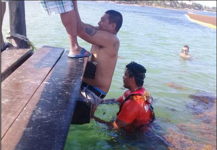 Personal naval realizó una maniobra de rescate mediante el empleo de un nadador. (Redacción)