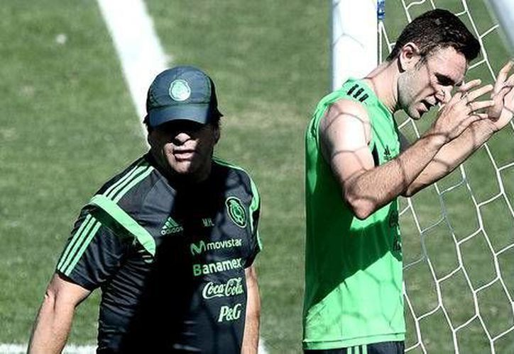 Según Miguel Herrera, Miguel Layún podría incluso arriesgar su puesto en selección mexicana, si su nivel desciende al jugar en la segunda división de Inglaterra. (Milenio)